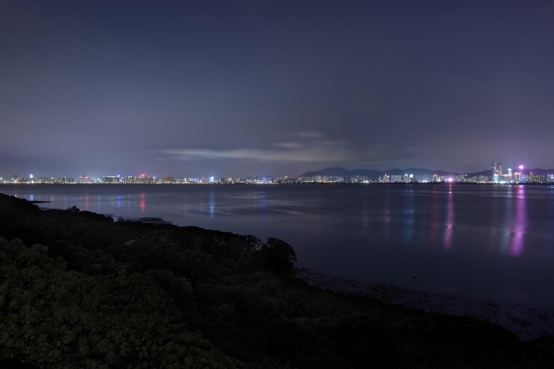 尖鼻咀,在五十至八十年代是另一非法入境者抵港熱點。此處曾有一座標誌性的警察燈塔,從深灣(即深圳灣)下水的偷渡者都以此為目標。現在尖鼻咀仍是香港西北邊境偏遠的禁區。