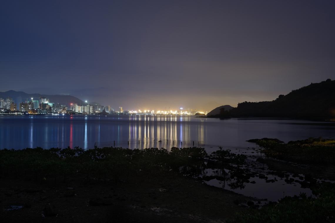 沙頭角,自1898年為禁區,而由於偷渡問題猖獗,1951年更設立邊境關卡。現在,中國境內的沙頭角因受益於改革開放而高度發展,然而香港境內的沙頭角卻仍然是寧靜小鎮。