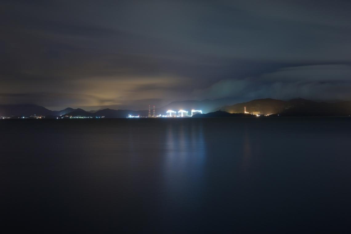 東平洲為香港東北方的小島,靠近深圳大鵬灣。它曾是非法入境者從東面經水路入境的熱門地點,然而不少人途中被為解放軍或鯊魚所殺。