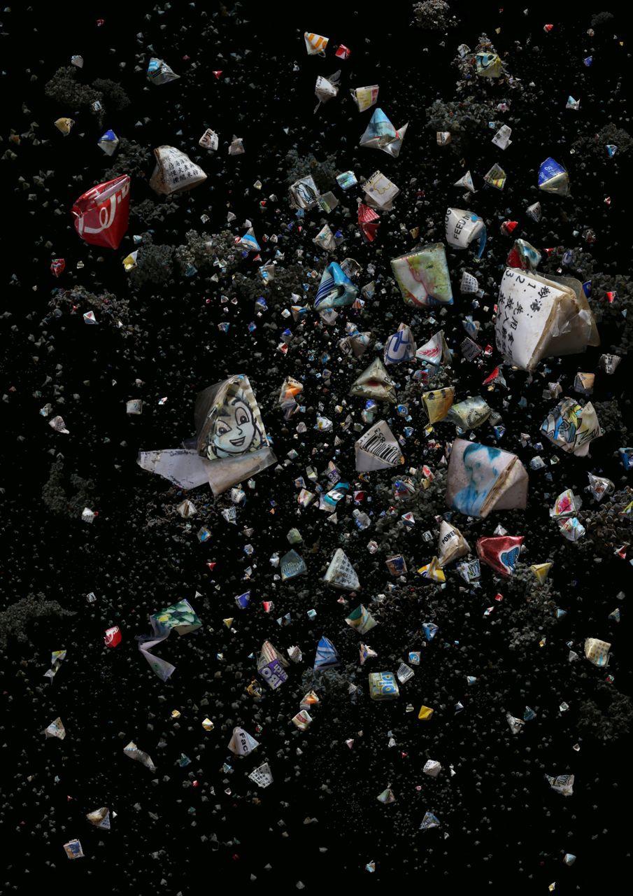 由海中拾來模擬糉形的塑膠包裝。傳統糉子是由竹葉包裹,在端午節時拋入海中。  (2013年11月在大嶼山大澳海灘拾獲)