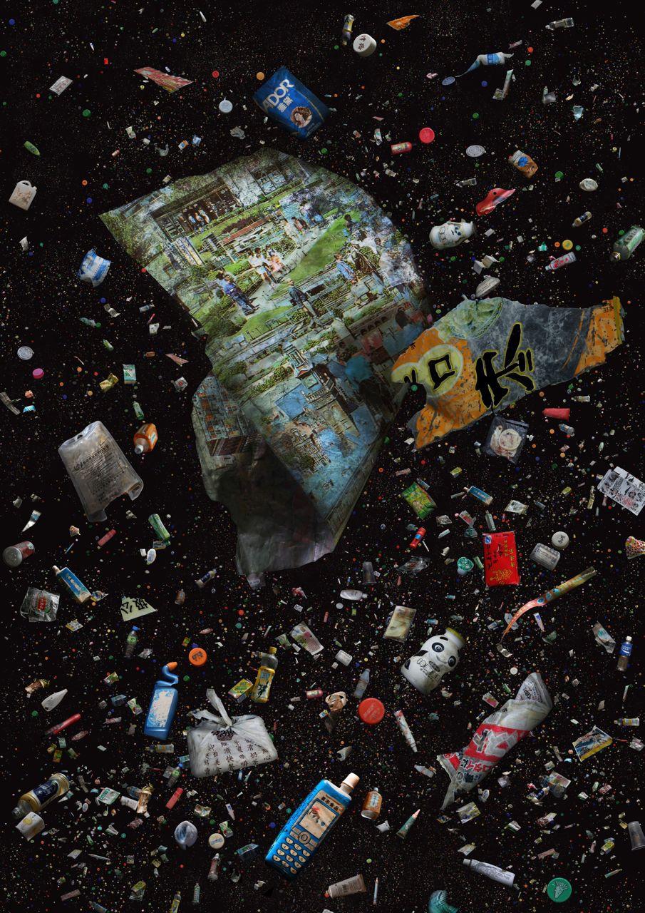 食物和飲品的即棄包裝、家庭用品、醫療及有害廢料。  包括:膠樽及樽蓋、深圳世界之窗的塑膠禮物包裝、安全套、靜脈注射抗生素袋。食物外賣包裝、漂白水及電話圖案的食品包裝並置,代表需要溝通帶來改變。  (2012年和2013年在青龍頭及牛尾海收集而來)