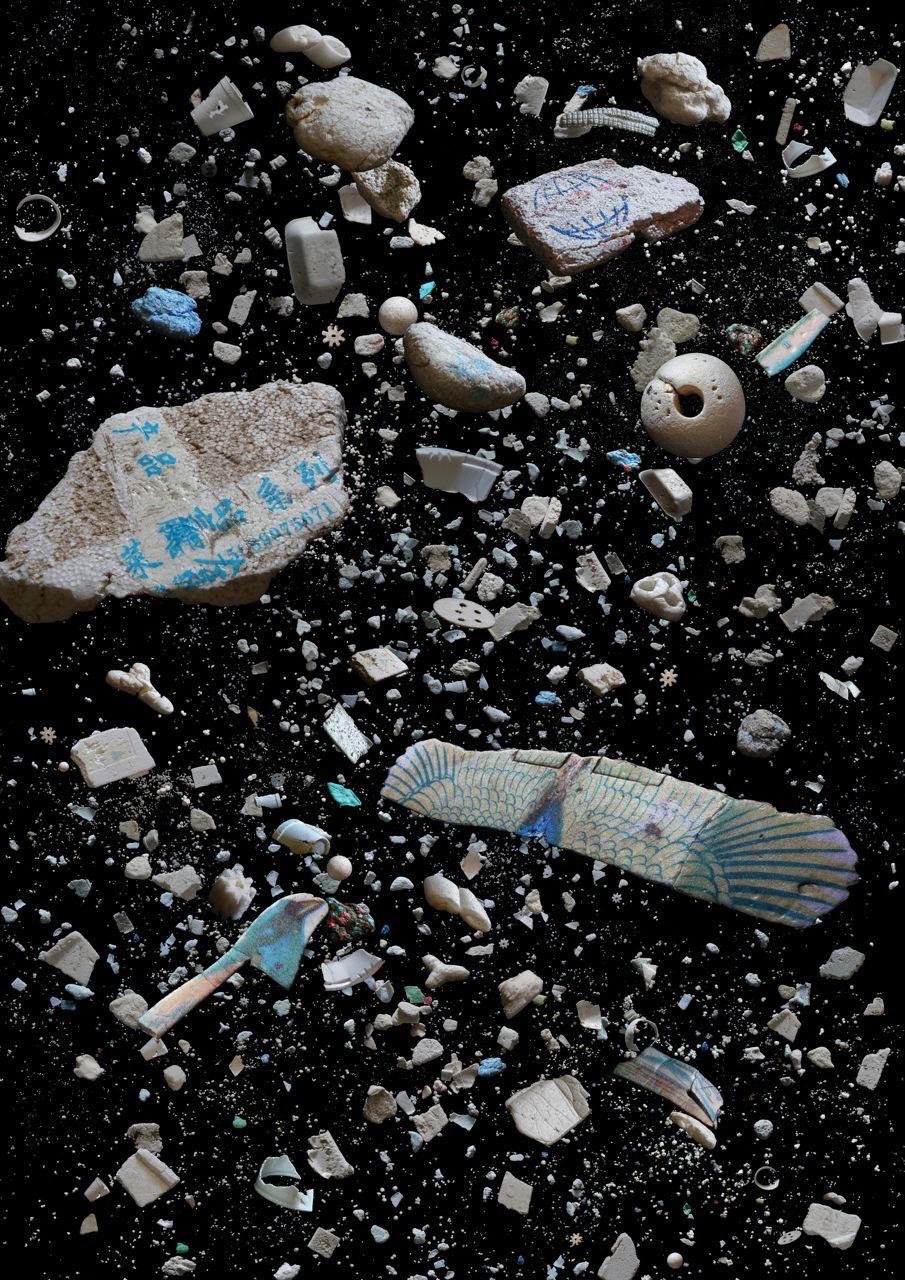 代表52公噸每天被棄置於堆填區的聚苯乙烯發泡膠食具,香港大大小小的海灘都可找到發泡膠。  包括:發泡膠食具、包裝、球、玩具及漁業相關廢料。 (2013年一周內從五個不同海灘收集的發泡膠)  統計資料來源:香港環境保護署二零一二年廢物統計數字