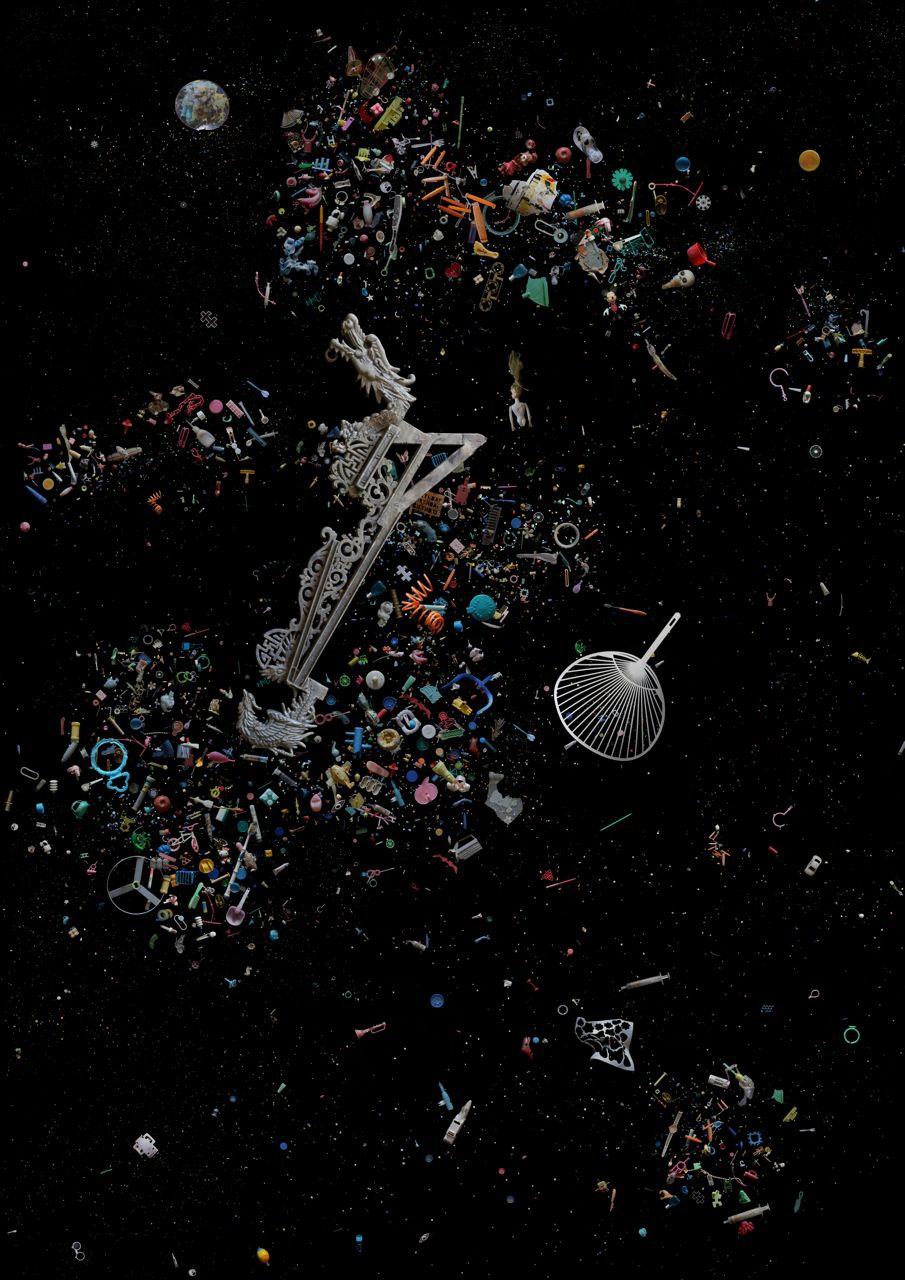 於索罟群島收集的廢物,展現出該處海灘及群島的形狀。  包括:醫療、農業及漁業相關廢料,並突出龍及扇此兩種中國文化中具象徵意義的物件。  (部份去年於索罟群島收集的廢料)