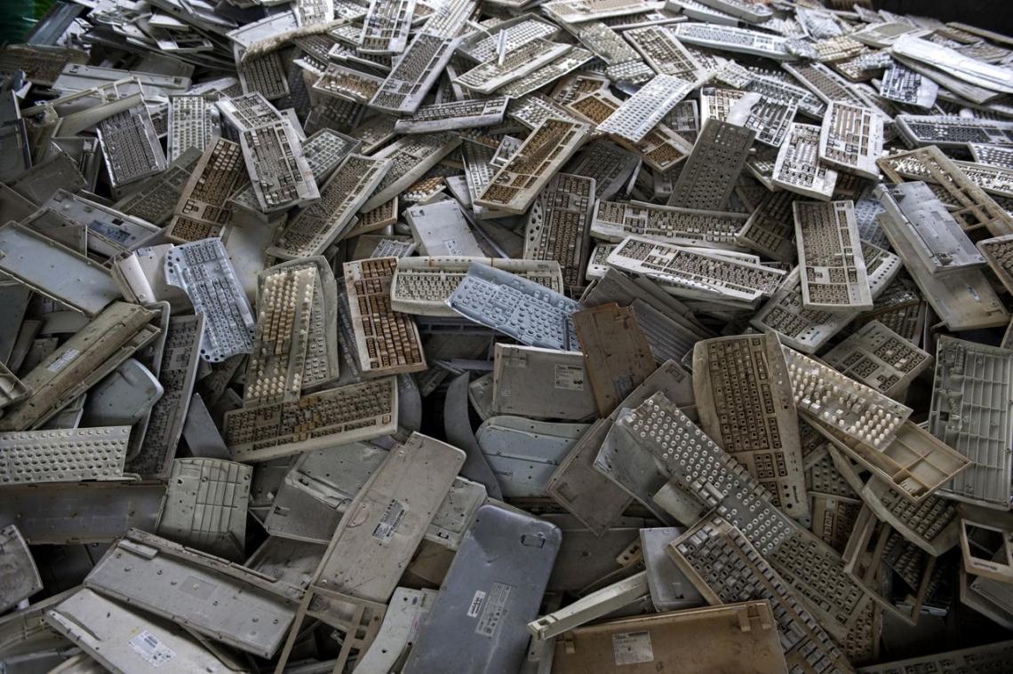 中國貴嶼鎮,2013年五月,過時鍵盤堆積如山。