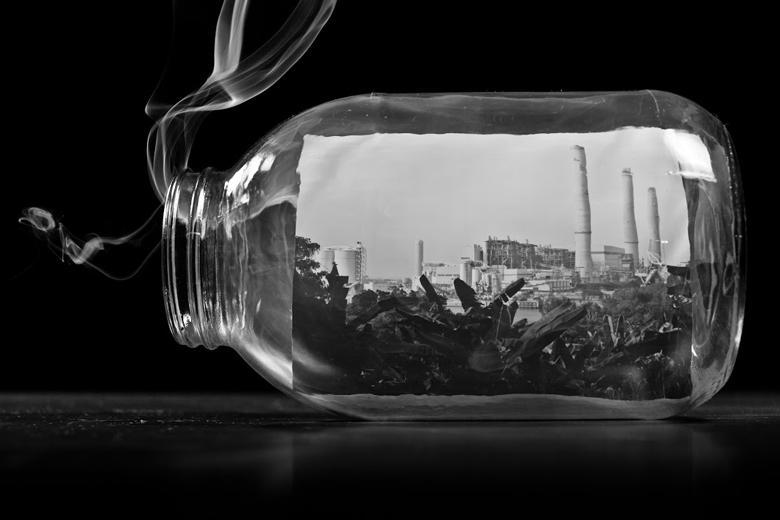 霧霾源於汽車、工廠及發電廠產生的污染物。