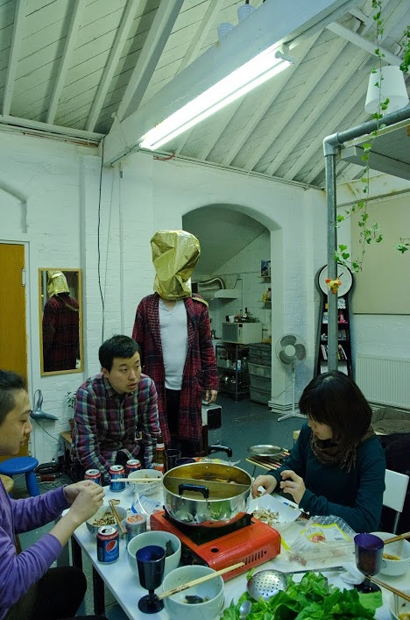 冬日倫敦北部的一次華人火鍋聚會,Jeremy Lee穿越在香港。 「大霧」項目參與者Jeremy Lee的呼吸法。