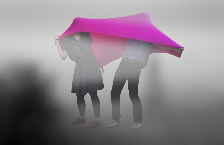 浪漫,莫過於在惡劣的空氣中選擇一起蒙面前行。 「大霧」項目參與者何京蘊和羅名川默然尋求一種全新的生活方式。