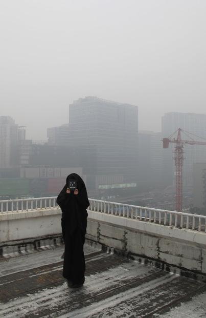 一個哭泣的卡通人,似落在城市樓頂的天使。 「大霧」參與者陳明天對糟糕空氣的無言控诉。