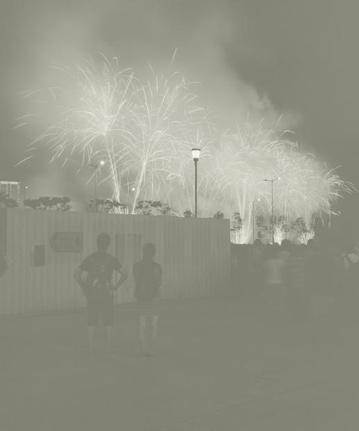 皇后碼頭旁的秘密警察,看著燃點的空氣,送別香港精神的最後光芒。