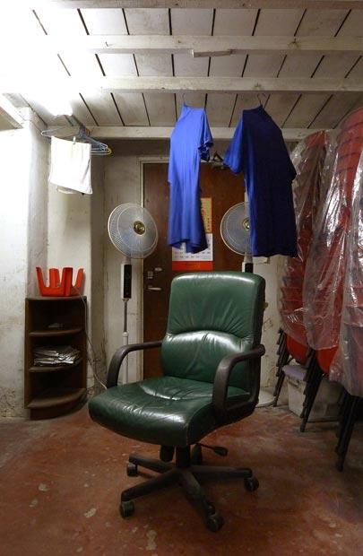 在一次工作的機會下,偶然地被這清潔工休息室吸引著,令我開始拍下清潔工環境的第一步。
