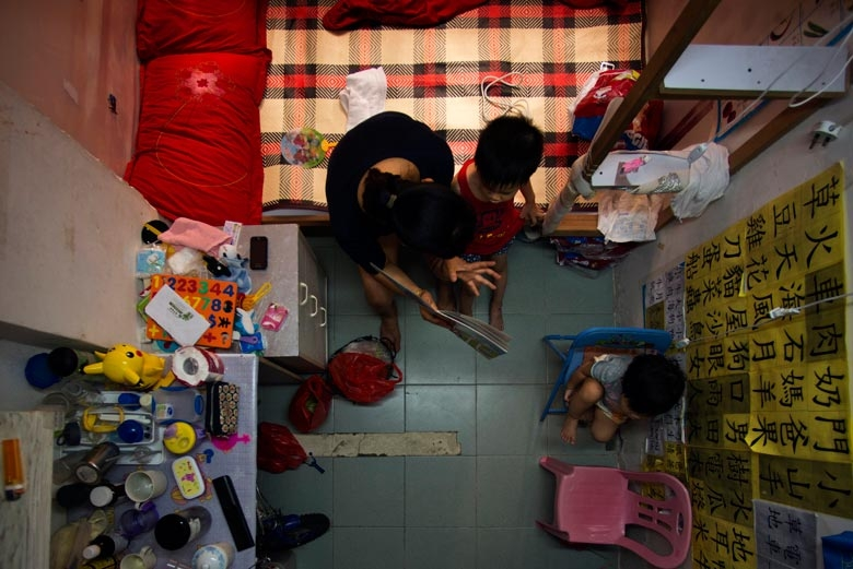 攝於2012年,一家四口蝸居在荃灣某個僅百呎單位,現每天期望公屋申請能早日獲批。