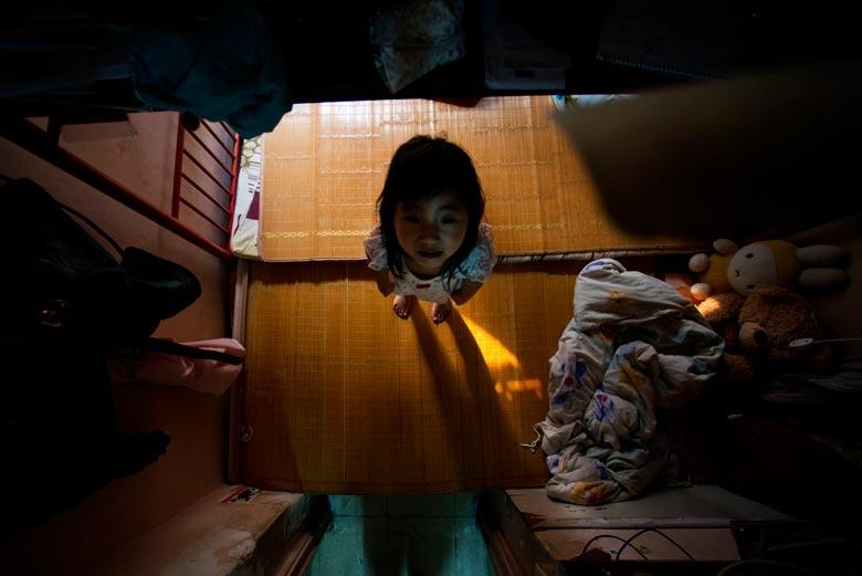 攝於2012年,荃灣天台屋,樓底只得七尺,更經常受到蜈蚣威脅和天花板剝落的困擾。