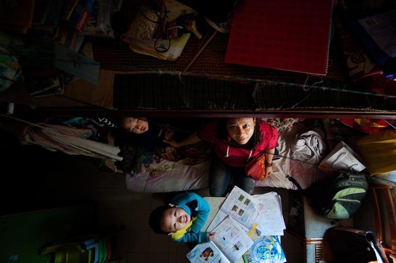 攝於2011年,深水埗天台屋,約有二百餘呎,住客為夫婦二人和兩個兒子。夏天天氣逾攝氏30度,媽媽常要帶子女到圖書館歎冷氣。