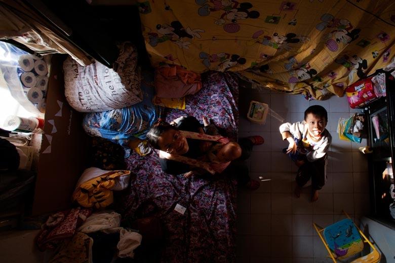 攝於2011年,深水埗天台屋,室內擠滿雜物,又熱得難以忍受,衛生環境惡劣。