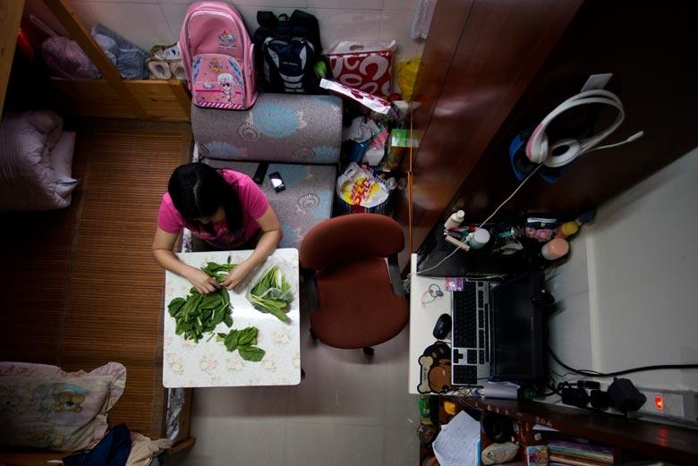 攝於2012年,一家四口住在荃灣一劏房。每有長假期,屋主便帶同孩子回內地老家享受寬闊的空間。